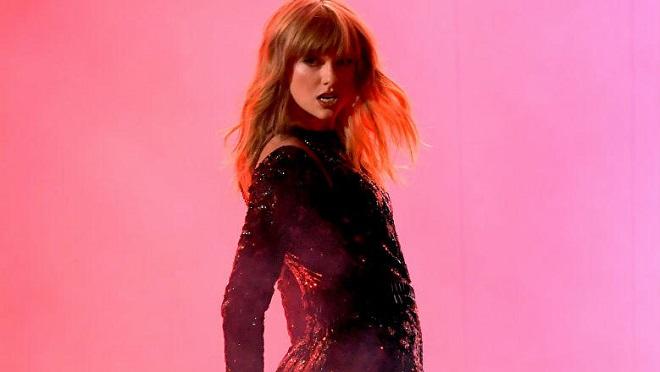 Taylor Swift mở màn AMAs 'siêu ngầu', giành luôn giải Nghệ sĩ của năm