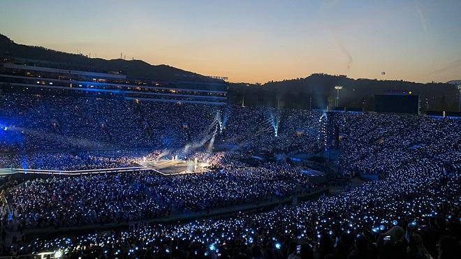 Sau đêm diễn mở màn trước 60.000 khán giả, truyền thông Mỹ dành 'cơn mưa' khen cho BTS
