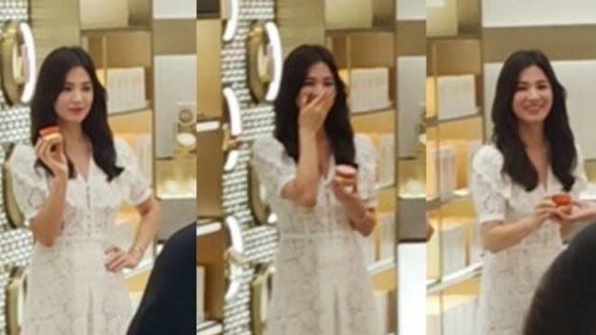 Ngắm Song Hye Kyo lần đầu nở nụ cười tỏa nắng sau 'bão' ly hôn
