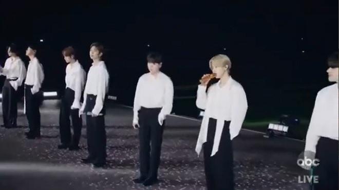 AMA 2020: Nghe BTS hát 'Life goes on' lần đầu trên sân khấu