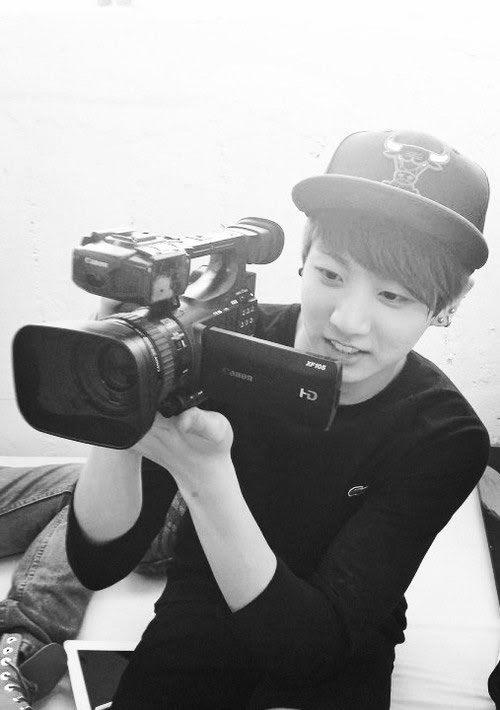 BTS, Jungkook, Jungkook BTS, tài lẻ Jungkook, tài lẻ Jungkook BTS, Jungkook pha chế, Jungkookk BTS cắm hoa, Jungkook bắn cung, Jungkook đạo diễn, Jungkook thiết kế