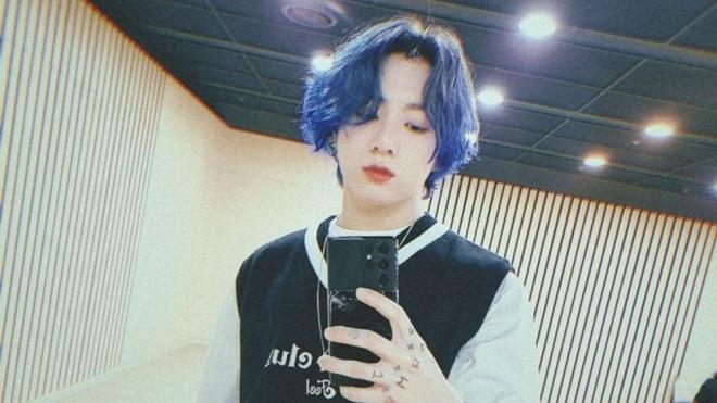Jungkook BTS khoe tóc màu việt quất, ARMY náo loạn về vẻ đẹp trai và... chiếc kẹp tóc