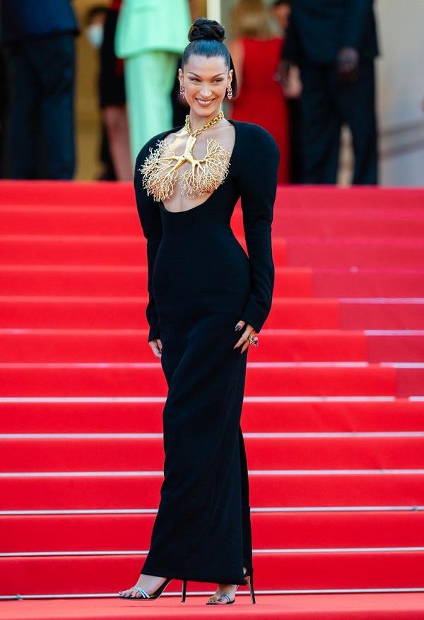 Cannes, Bella Hadid Cannes, Cannes Bella Hadid, Bella Hadid, Bella Hadid vòng 1, Bella Hadid diện đầm khoe vòng 1, Bella Hadid thảm đỏ Cannes, Victoria Secret