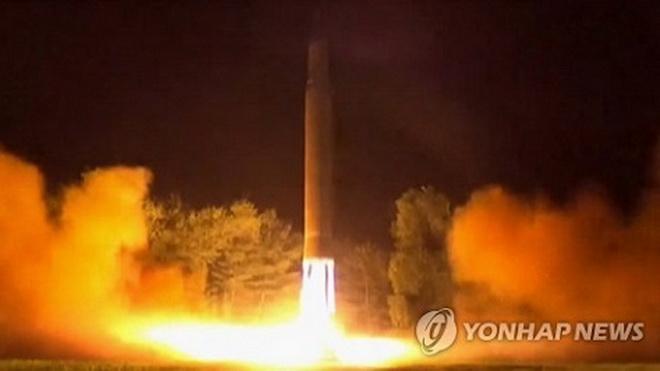 VIDEO: Tiết lộ clip Triều Tiên phóng tên lửa đạn đạo xuyên lục địa lúc nửa đêm