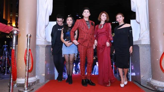 Thảm đỏ Cống hiến 12 - 2017: Fan gọi tên Noo Phước Thịnh, Hồ Ngọc Hà, Phạm Hương...