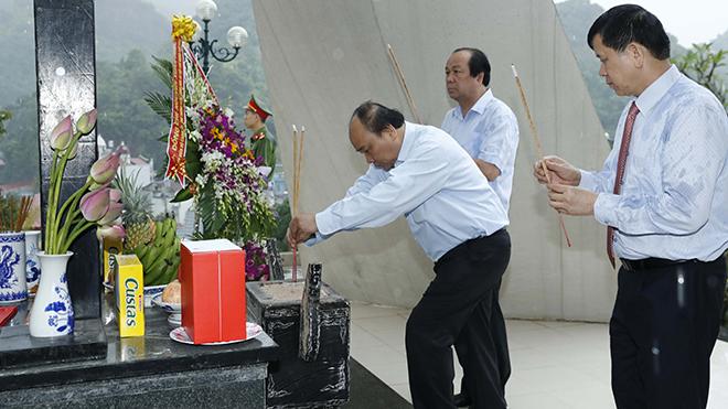 Thủ tướng dâng hương tại Khu di tích Trung đoàn Tây Tiến