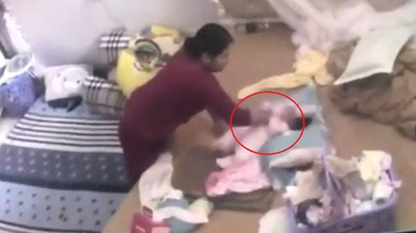 Bắt khẩn cấp người giúp việc bạo hành bé gái sơ sinh: Rời nhà lúc nào con bị hành hạ lúc đó