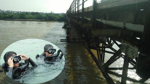 Trực tiếp: Trục vớt quả bom dài 2,5 mét dưới chân cầu Long Biên