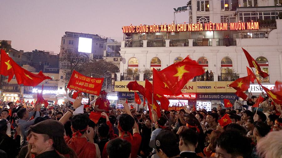 Hình ảnh tuyệt đẹp hàng triệu người đổ xuống đường ăn mừng chiến thắng của U23 Việt Nam