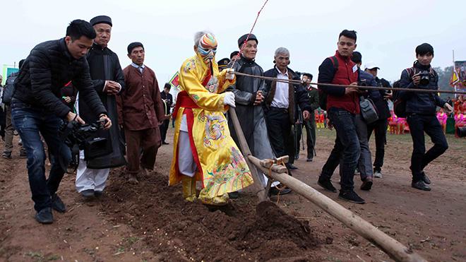 Hình ảnh 'Vua đi cày' trong Lễ Khai hội Tịch điền Đọi Sơn sáng nay