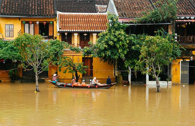 Bão số 6 - Siêu bão Mangkhut tăng tốc vào đất liền và suy yếu thành áp thấp nhiệt đới