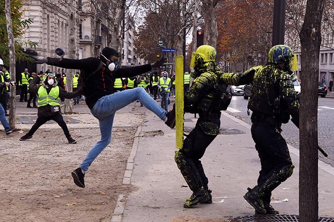 Bạo loạn 'Áo vàng' tại Pháp: Đụng độ nổ ra dọc Đại lộ Champs-Elysees và Khải Hoàn Môn