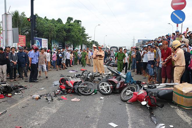 Tai nạn giao thông, Tai nạn giao thông Long An, Hiện trường tai nạn giao thông, hiện trường tai nạn giao thông long an, tngt long an, xe đầu kéo, xe máy, đèn đỏ, Bến Lức
