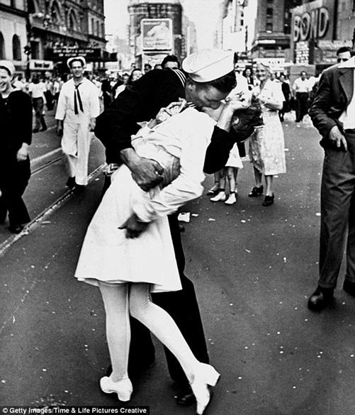Nụ hôn thủy thủ. Nụ hôn bất tử. Quảng trường thời đại. Nụ hôn. The kids