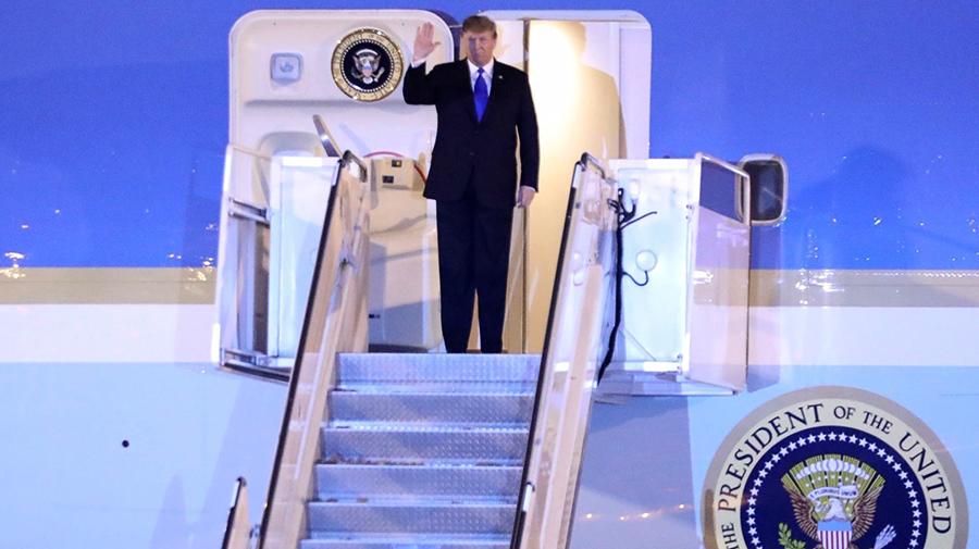 TRỰC TIẾP: Air Force One chở Tổng thống Donald Trump đã hạ cánh Nội Bài
