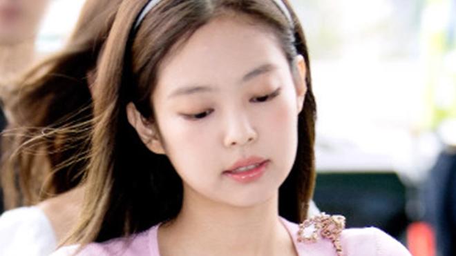 Blackpink, Jennie, Jennie áo hồng, Jennie gây hút mắt, Jennie Blackpink trông hút mắt trong bộ váy vừa đơn giản vừa gợi cảm, Blackpink Boombayah, Thời trang Blackpink