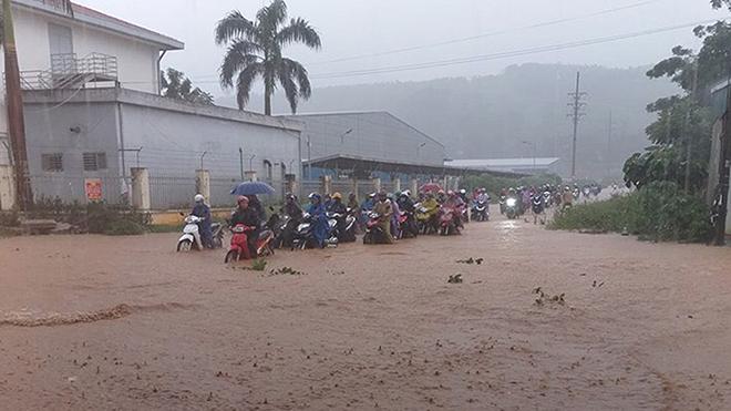 Bão số 5 giật cấp 10 đang tiến vào Nam Trung Bộ, xuất hiện thêm áp thấp nhiệt đới mới