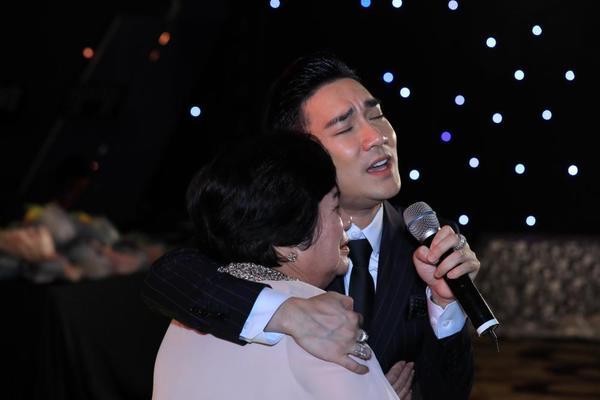 liveshow Quang Hà bị hủy, Quang Hà ôm mẹ khóc, liveshow Quang Hà bị hoãn vì hỏa hoạn, Quang Hà tổ chức show tại Trung tâm hội nghị quốc gia, cháy cung hữu nghị việt xô