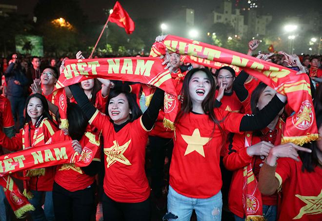 U22 Việt Nam vô địch SEA Games 2019: CĐV Việt Nam xuống đường 'đi bão' mừng HCV