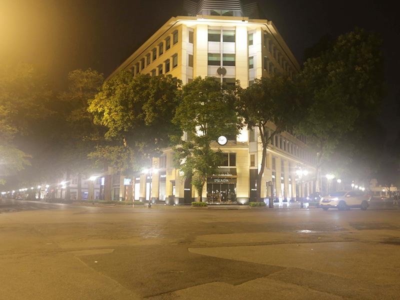 Hà Nội vắng ngắt trong đêm đầu thực hiện xử phạt người ra đường không cần thiết