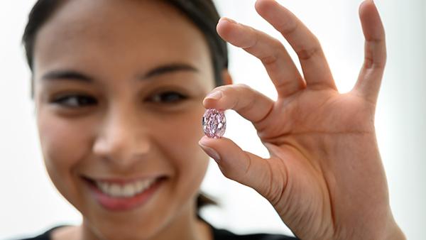 Viên kim cương 'Linh hồn Hoa hồng' quý hiếm được bán với giá 26,6 triệu USD
