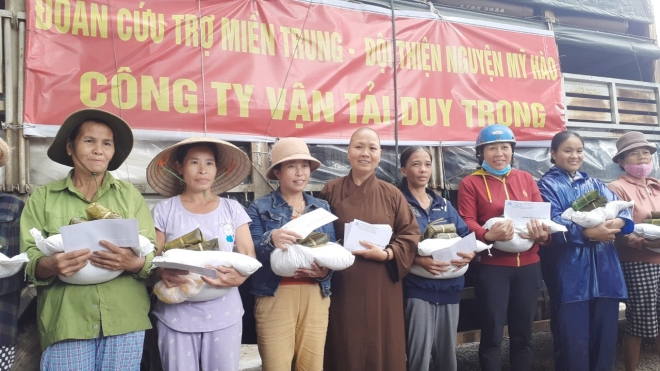 Hai sư thầy quyên góp từ thiện giúp đỡ người dân vùng lũ