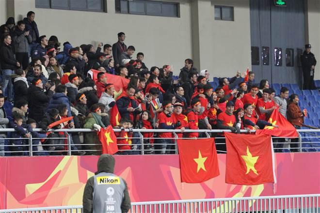 Cầu thủ U23 Việt Nam hát 'Việt Nam Hồ Chí Minh' với CĐV