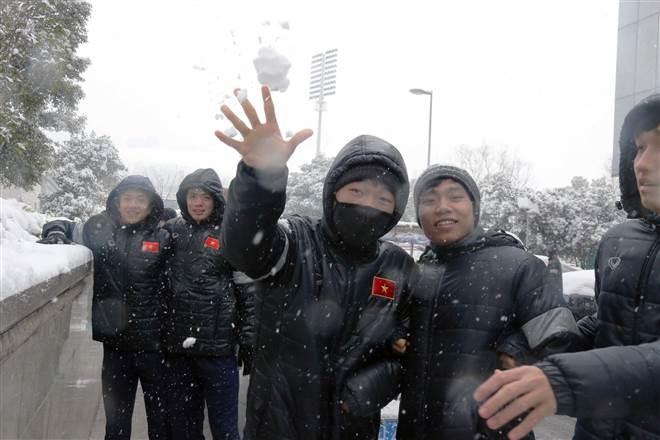 CHÙM ẢNH: Tuyển thủ U23 Việt Nam vui đùa với tuyết ở Thường Châu