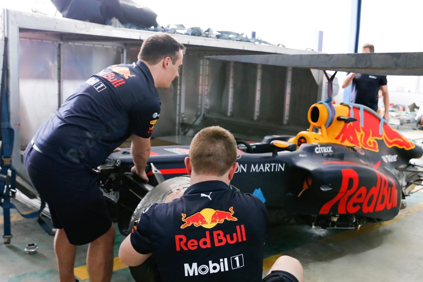 Xe đua F1 cập bến, đường đua sẵn sàng, Heineken mang trải nghiệm F1 thật gần với fan Việt