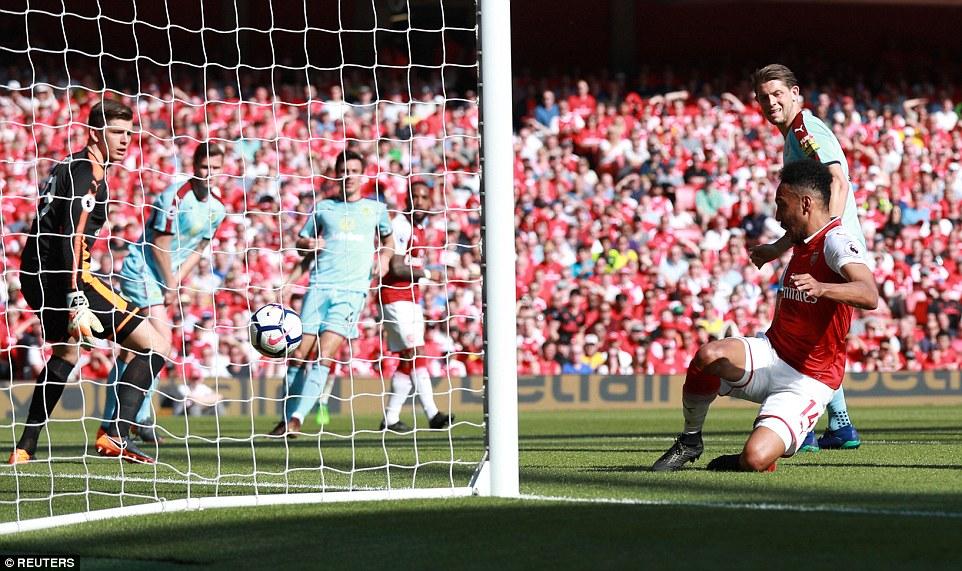 Video clip highlights bàn thắng Arsenal 5-0 Burnley: Emirates tri ân Wenger bằng 'bàn tay nhỏ'