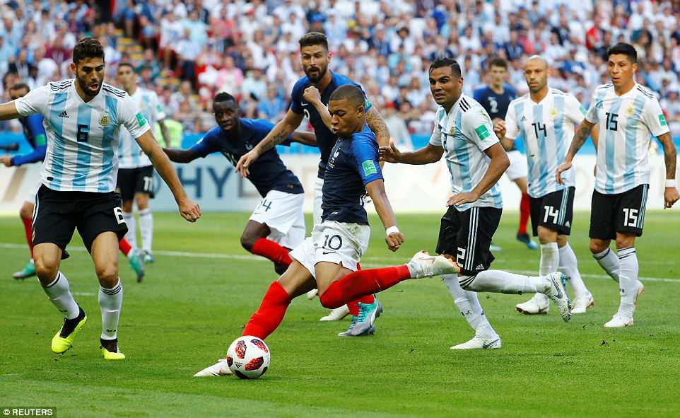 Mbappe san bằng kỷ lục của Pele với cú đúp vào lưới Argentina