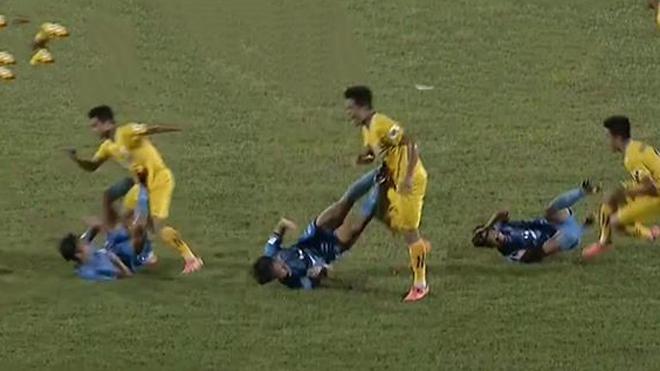 Cầu thủ Phố Hiến bị đuổi vì đạp 2 chân vào bụng đối thủ