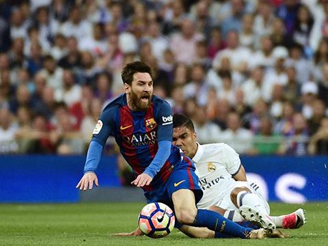 Casemiro phạm lỗi nguy hiểm với Messi nhưng không phải nhận thẻ đỏ