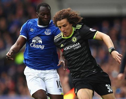David Luiz khóa chặt Lukaku