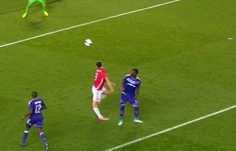 Ibrahimovic gặp chấn thương trong lúc tiếp đất