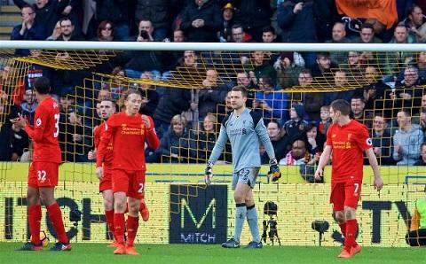 Liverpool luôn gặp tình cảnh công làm thủ phá