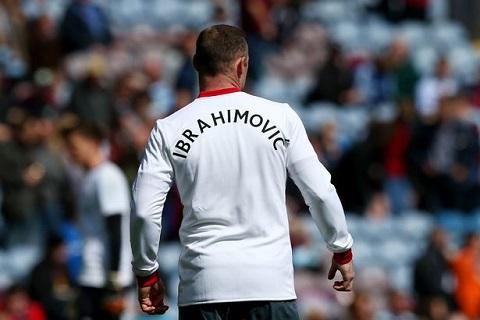 Cầu Man United mặc áo có ghi tên Ibrahimovic để động viên cầu thủ này