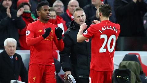 Sturridge (trái) không còn được trọng dụng ở Liverpool
