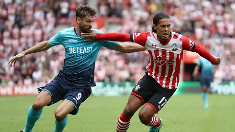 Van Dijk (phải) là mục tiêu chuyển của nhiều đội bóng, không chỉ Man City hay Liverpool