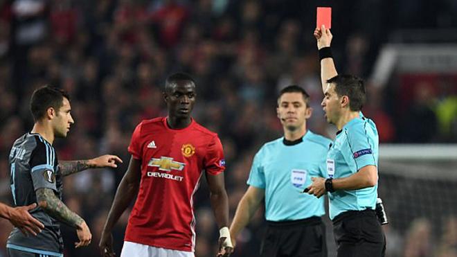 Eric Bailly nhận thẻ đỏ do lỗi 'không đáng có', đẩy Man United vào thế khó ở chung kết Europa League