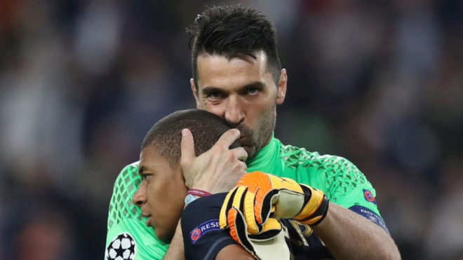 Sau màn đổi áo, Buffon hôn Mbappe dù bị chấm dứt kỷ lục sạch lưới