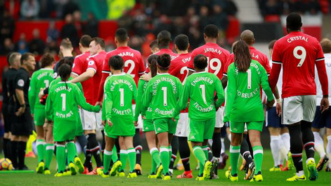 Vì sao Lukaku và các đồng đội M.U có tên 'kì lạ' trên lưng áo?
