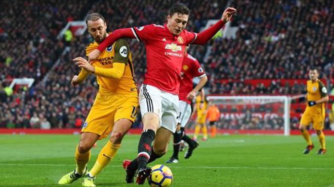 M.U và CĐV bị chỉ trích vì chơi 'không đẹp' khi cầu thủ đối phương nằm sân