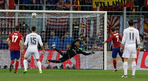 Griezmann đá hỏng quả phạt đền đầu hiệp 2 với Real Madrid