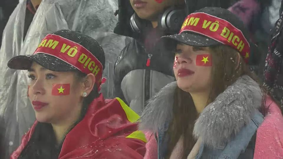 CĐV Việt Nam tại Trung Quốc bật khóc sau khoảnh khắc đội nhà thủng lưới