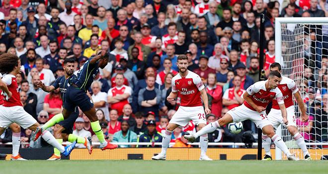 Video clip Sterling solo hạ gục hàng thủ Arsenal