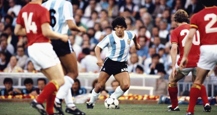 Maradona, Maradona qua đời, Phía sau bức ảnh lột tả sự vĩ đại của Maradona, World Cup 1982, Argentina vs Bỉ, Maradona vĩ đại, Sự nghiệp Maradona, đội tuyển Argentina