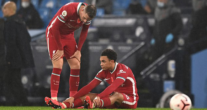 Liverpool, Joe Gomez, Joe Gomez chấn thương, Liverpool khủng hoảng hàng thủ, Joe Gomez nghỉ hết mùa, Joe Gomez chấn thương đầu gối, Van Dijk, Fabinho, Alexander-Arnold
