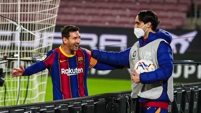 Barcelona: Messi gây sốt với CĐV khi phối hợp với cột dọc để ghi bàn