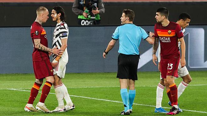 Fan MU phát sốt với hành động kiểu 'anh lớn' của Cavani trước Roma